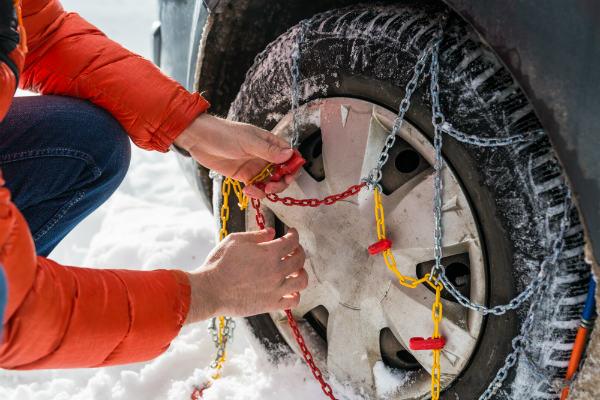 Le catene da neve devono essere installate per legge