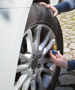 La mesure de la pression du pneu